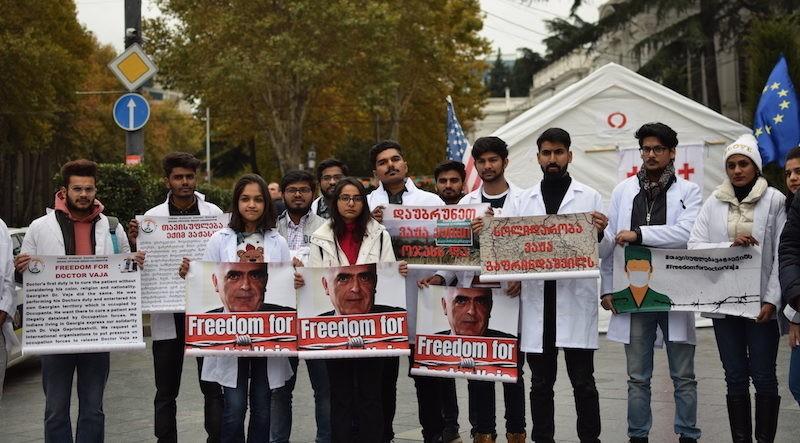 ინდოელი სტუდენტები ექიმ ვაჟა გაფრინდაშვილის მხარდასაჭერად პარლამენტთან შეიკრიბნენ