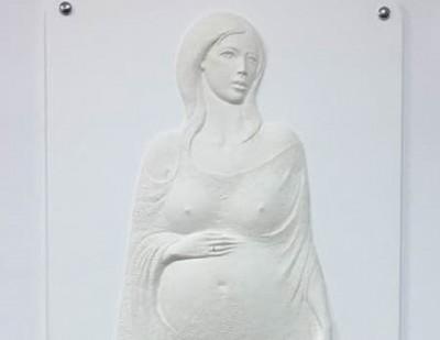 ორსული ქალის ბარელიეფი საბახტარაშვილის კლინიკაში